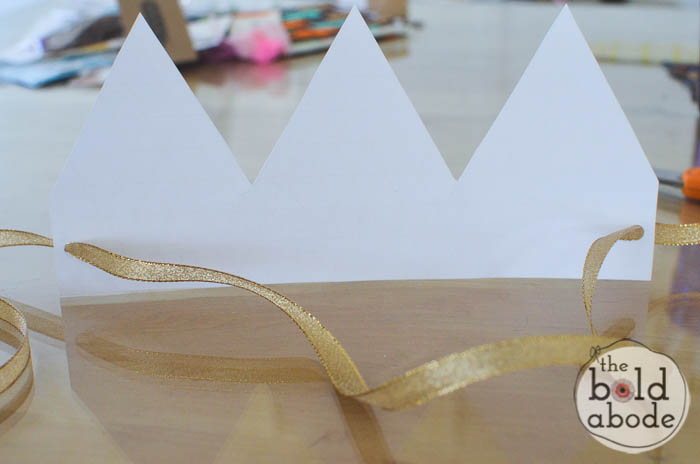 Get your free printable elf hats and add some whimsy to your Christmas fun! #christmas #christmasprintable #gold #hats #elfhats #crowns #goldfoil