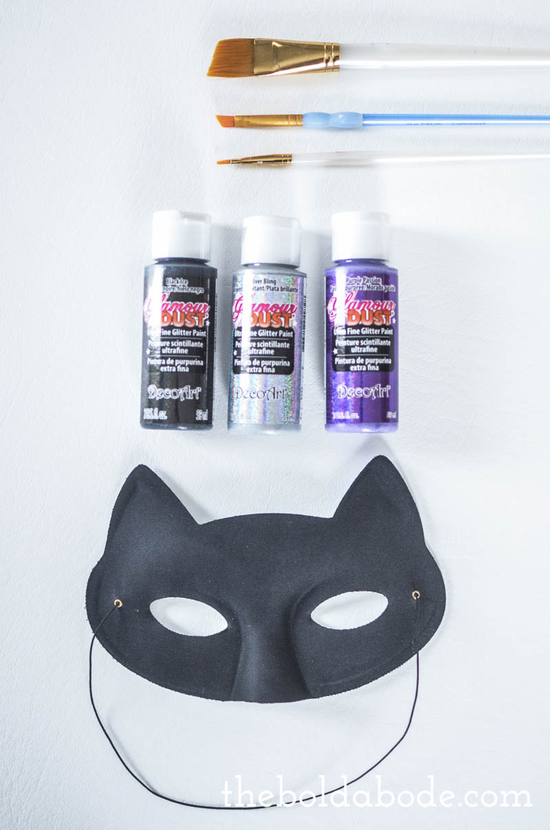 Here is a super simple idea for Halloween - a sparkly cat mask! Easy to make and very inexpensive!