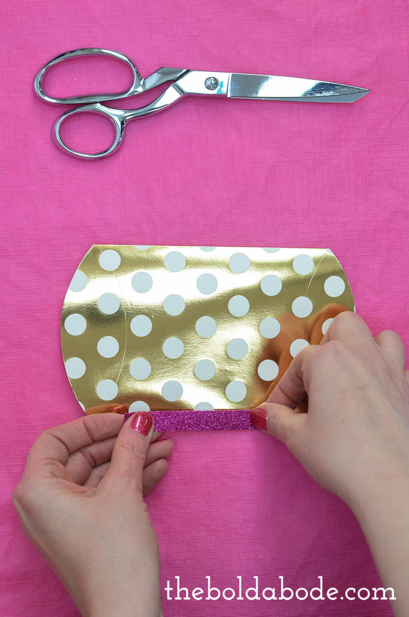 Those gift card boxes at the store are so expensive! Make your own and save money while giving a way prettier present!