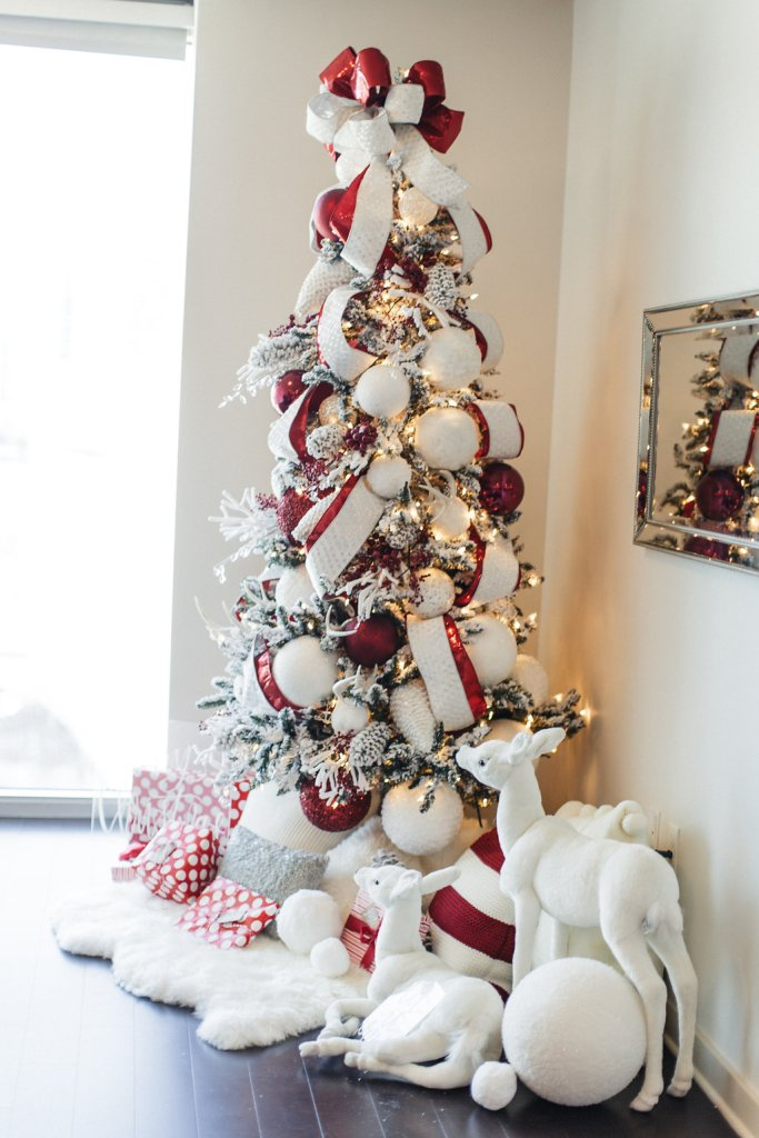 I love beautifully decorated white Christmas trees! Here are 8 fantastic white trees to inspire & 8 Beautifully Decorated White Christmas Trees